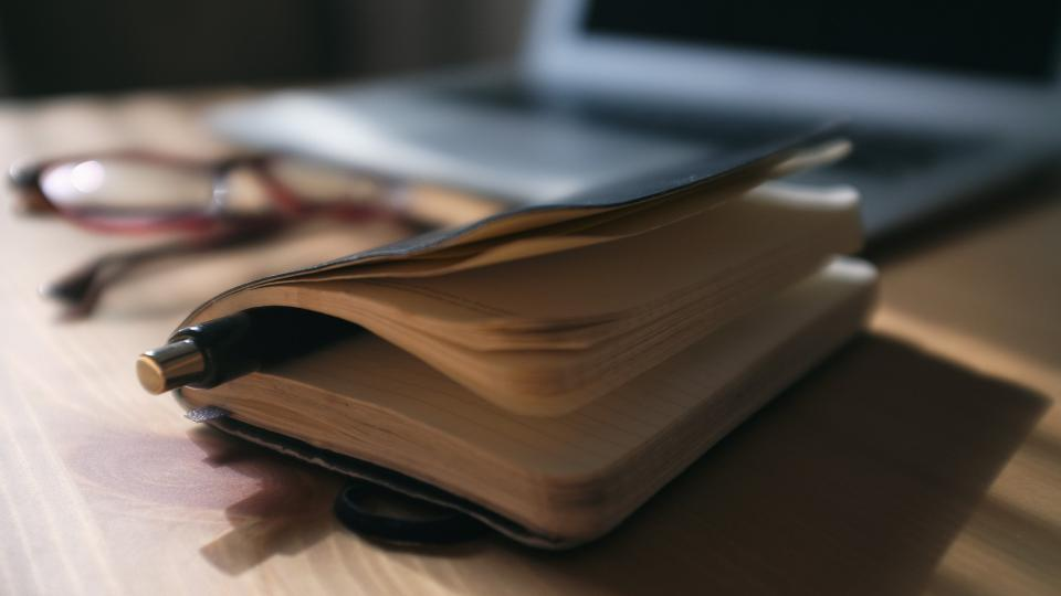 Zápisník, diář, poznámky, brýle